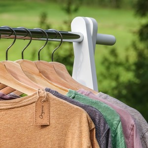 Des vêtements en coton bio sur un portant installé à l'extérieur
