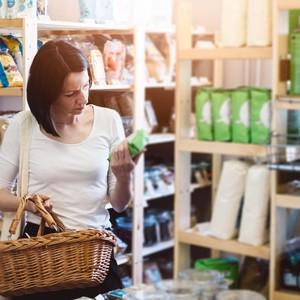 Femme qui lit l'étiquette d'un produit alimentaire