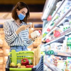 Femme qui scanne un produit alimentaire dans un supermarché