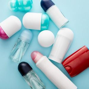 Ensemble de déodorants sticks, roll-on et spray sur un fond bleu